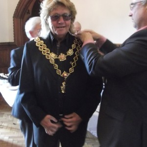 Bev Bevan tests The Lord Mayor of Birminghams chain for size.
